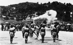 Kondyllis entzündet die Olymp.Flamme - Kondyllis lights the Olympic Flame/ 1936 - Kondyllis allumant la flamme olympique