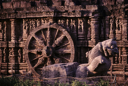 Konarak, Sonnentempel, Rad / Foto - Konarak, Sun Temple, Stone Wheel / Photo - Konarak, temple du Soleil, roue / Relief