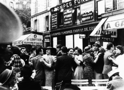 Tanz in den Straßen Paris Nationalfeiert - People dancing in streets / Bastille Day - 14 juil. 1935 à Paris, des gens dansant