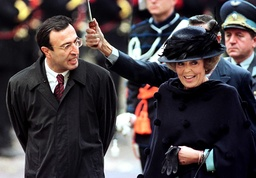 BULGARIAN PRESIDENT STOYANOV WALKS WITH QUEEN BEATRIX OF THE NETHERLANDS