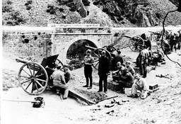SPANISH CIVIL WAR : A NATIONALIST ARTILLERY BATTERY TRAINED ON THE GOVERNMENT LINES AT TERUEL, SPAIN - 1938