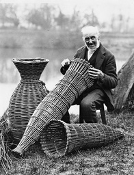 PUTCHER FISHERMAN BY THE RIVER SEVERN, APPERLEY, GLOUCESTERSHIRE, BRITAIN - FEB 1932
