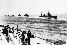 Flottenschau vor Mussolini u. Blomberg - Mussolini and Blomberg review Fleet. -
