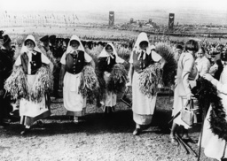 Bäuerinnen in Tracht/Erntedankfest 1937 - Farmer's Wives in Harvest Festival/ 1937 -