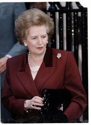 Baroness Thatcher Of Kesteven - 1990 Margaret Thatcher And Her Husband Denis Talk With Reporters On The Steps Of No.10 Downing Street London Shortly Before Leaving On The Short Journey To Buckingham Palace Where She Tendered Her Resignation As Prime