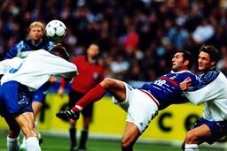 Zinedine Zidane Frankreich wird im Duell mit seinem isländischem Gegenspieler unfair von hinten at