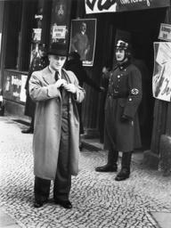 Volksabstimmung 10.4.1938/vor Wahlokal - Referendum / 10.4.1938 / Polling station -