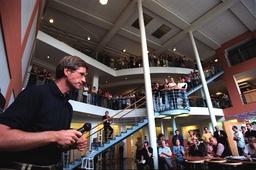 Norska mediakoncernen Schibsteds Birger Magnus informerar redaktionen.