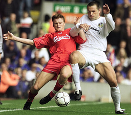 LIVERPOOL'S RIISE BATTLES FOR THE BALL WITH LEEDS UNITED'S VIDUKA IN THE ENGLISH PREMIER LEAGUE MATCH AT ANFIELD