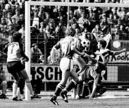 Torwart Jean Marie Pfaff Bayern wird in seinem ersten Bundesligaspiel durch das Einwurftor von Uwe