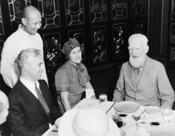 Watchf Associated Press Domestic News Hawaii United States APHS60214 CHARLIE CHAPLIN DINES WITH GEORGE B. SHAW