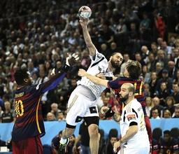 Foto Joan Canellas wirft Kiel gegen Viran Morros und links Cedric Sorhaindo Handball Herren am