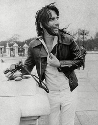 American Rock Star Alice Cooper Outside Buckingham Palace During A Visit To London. Box 760 330051711 A.jpg.