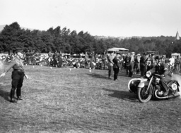 HJ-Motorradgeländefahrt 1936/am Start... - HJ Motorcycling Tour 1936, Start / Photo -