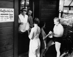 Coffee kitchen in the Gruenau beach , 1938