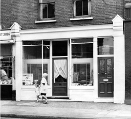 Hairdresser's Salon In Lower Richmond Road Where Pat Cooper Friend Of Suspected Train Robber Gordon Goody Worked. The Great Train Robbery - A Ii2.6 Million Train Robbery Committed On 8 August 1963 At Brideg Railway Bridge Ledburn Near Mentmore In Bu