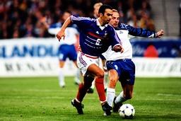 Youri Djorkaeff Frankreich im Duell mit seinem isländischem Gegenspieler