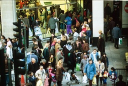 SHOPPERS ON OXFORD STREET ON A BANK HOLIDAY MONDAY, LONDON, BRITAIN - JAN 1993