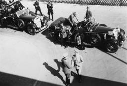 Hitler besichtigt das Olympische Dorf... - Hitler views Olympic Village/Berlin/1936 -