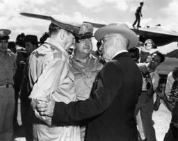 Truman begrüßt McArthur/Wake-Island 1950 - Truman Meets McArthur, Wake-Island /1950 -