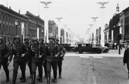 Vorbereitungen zum 1.Mai/Festschmuck... - Preparations May Day 1938 / Photo -