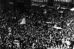 Demonstranten feiern die Republik, 1931. - Demonstrators Celebrate Republic / 1931 -