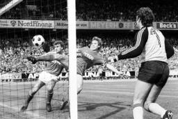 Wolfgang Grobe Mitte und Torwart Jean Marie Pfaff re beide Bayern können das legendäre Einwurf