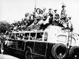 Republik.Truppen v.Abmarsch z.Front 1936 - Republican troops on a bus/ Spain / 1936 - Guerre civile espagnole, 1936-39.