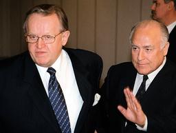 CHERNOMYRDIN GESTURES AS HE GREETS FINNISH PRESIDENT AHTISAARI