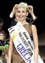 AMANDINE HATZITHOMAS OF GREECE SMILES AS SHE IS CROWNED MISS EUROPE 2002