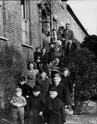 Children In Care 1940's - Children At The Good Templar And Temperance Orphanage At Sunbury-on-thames. Mr And Mrs Thompson Caretakers Of The Orphanage Are At The Top Of The Stairs.