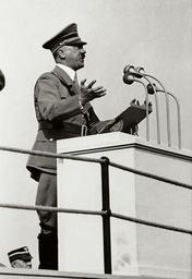 Hitler spricht bei Erntedankfest, Bückeberg 1937 / Foto - Hitler, speaking at a harvest festival -