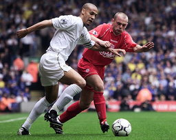 LIVERPOOL'S MURPHY BATTLES FOR THE BALL WITH LEEDS UNITED'S FERDINAND IN THE ENGLISH PREMIER LEAGUE MATCH AT ANFIELD