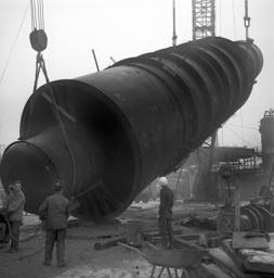 Vacuum column is put upright in a refinery
