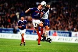 Didier Deschamps li Frankreich im Kopfballduell mit einem Isländer