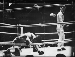 19 Year-old Boxer Peter Kane Challenging Benny Lynch For The World Flyweight Title At Shawfield Park Glasgow In Front Of A Crowd Of Over 40 000. Lynch Retained His Title By Knocking Kane Out In The Thirteenth Round As The Picture Shows. Original Held
