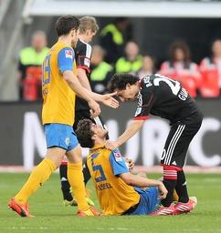 Benjamin Kessel Eintracht Braunschweig im Duell mit Hernandez Guardado Leverkusen Bayer Leverk