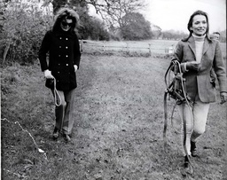 Jacqueline Kennedy Onassis And Her Sister Princess Radziwill In The Torville Grange Grounds Today. Pkt4592-340866.