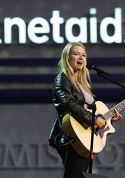 JEWEL SINGS AT NETAID IN NEW JERSEY