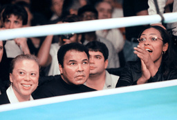 MUHAMMAD ALI AND FAMILY WATCH LAILA ALI IN BOXING DEBUT