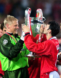 MANCHESTER UNITED'S GIGGS KISSES TROPHY NEXT TO SCHMEICHEL