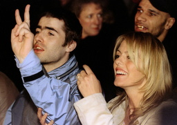 LIAM GALLAGHER AND PATSY KENSIT WATCH FASHION SHOW