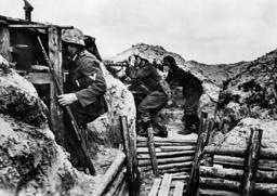 Dt. Soldaten i. Schützengraben/Leningrad - German soldiers in trenches / Leningrad. -