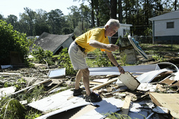 NORTH CAROLINA RESIDENTS BEGIN TO CLEAN UP AFTER HURRICANE ISABEL
