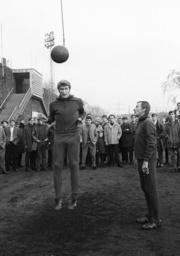 Training Schalke 04 Hermann Erlhoff und Trainer Rudi Gutendorf am Kopfballpendel HM