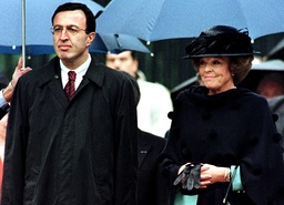 PRESIDENT STOYANOV OF BULGARIA AND QUEEN BEATRIX OF THE NETHERLANDS AT WELCOME CEREMONY