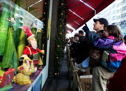 LAST MINUTE SHOPPERS IN NEW YORK ON CHRISTMAS EVE LOOK AT WINDOWS