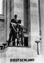 Bronze statue 'fellowship' in front of the German Pavilion, 1937