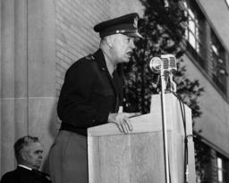 Eisenhower bei Ansprache / Foto 1946 - Eisenhower at NASA Center / Photo / 1946 - Eisenhower / NASA / 1946.