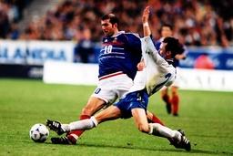 Zinedine Zidane Frankreich im Duell mit seinem isländischem Gegenspieler